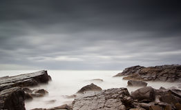 Mar e rochas enevoados imagens de stock royalty free