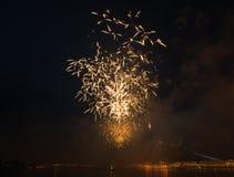 Imagem longa do tiro da exposição do firevork da cidade da noite do tripot imagens de stock royalty free