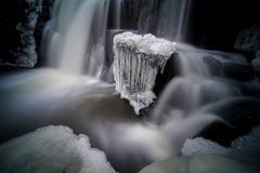 Imagem místico da cachoeira pequena com gelo nele fotografia de stock