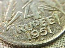 Imagem macro da moeda velha da rupia indiana em 1951 foto de stock