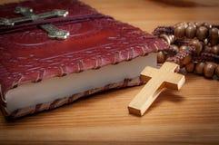 Imagem macro de uma Bíblia e de um rosário imagens de stock royalty free