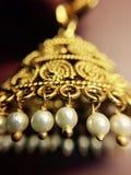 Imagem macro do brinco dourado fotos de stock royalty free