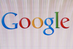 Imagem macro do monitor com logotipo de google na tela Imagens de Stock