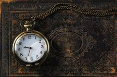 Imagem macro do relógio de bolso velho do vintage no livro antigo Vista superior imagem filtrada retro Fotos de Stock Royalty Free