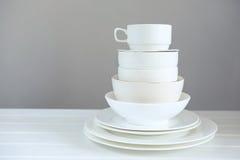 Imagem minimalista do kitchenware branco da porcelana empilhado acima fotos de stock