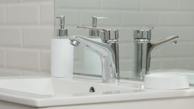 Imagem moderna do banheiro com dissipador e torneira com água de fluxo foto de stock royalty free