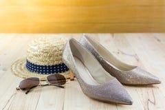 Imagem moderna do estilo da forma fêmea: chapéu de palha, vidros de sol e Imagens de Stock Royalty Free