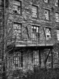 Imagem monocromática de uma construção de pedra abandonada velha da fábrica imagem de stock royalty free