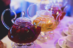 Imagem morna bonita da chaleira transparente do bule com chá preto verde saboroso com maçã fotografia de stock