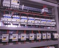 A imagem mostra interruptores e contatores elétricos Close-up Caso moderno da distribuição Compartimento de Contorl fotografia de stock royalty free