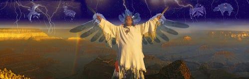 A imagem panorâmico composta do indiano do nativo americano em uma cerimônia com motivos nativos e protagoniza no céu noturno foto de stock