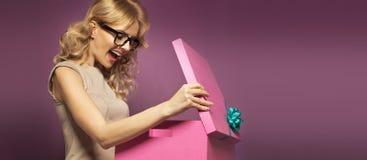 Imagem panorâmico da senhora com a caixa de presente Fotos de Stock Royalty Free