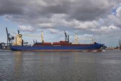 Imagem panorâmico de um navio de recipiente que passa guindastes em Rotterdam Imagens de Stock