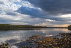 Imagem panorâmico de um rio calmo com águas azuis, em que foto de stock royalty free