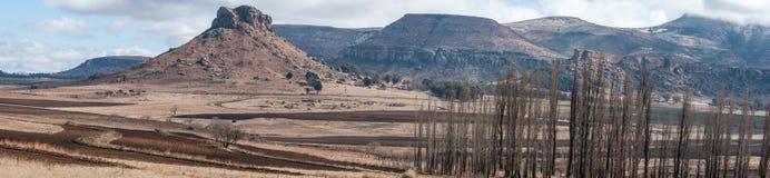 Imagem panorâmico de uma paisagem oriental de Freestate perto de Clarens África do Sul fotos de stock