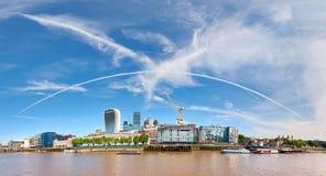 Imagem panorâmico do banco norte do rio Tamisa em um ensolarado brilhante imagens de stock royalty free