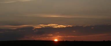 Imagem panorâmico do por do sol bonito no campo fotos de stock royalty free
