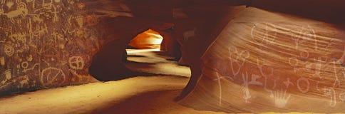 Imagem panorâmico composta de petroglyphs indianos do nativo americano em uma caverna do deserto Fotografia de Stock Royalty Free