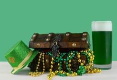 Imagem para o dia de St Patrick o 17 de março Arca do tesouro para simbolizar a sorte e a riqueza com um vidro da cerveja verde fotografia de stock