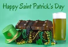 Imagem para o dia de St Patrick o 17 de março Arca do tesouro para simbolizar a sorte e a riqueza Um vidro da cerveja e do chapéu fotografia de stock