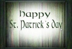 Imagem para o dia de St Patrick o 17 de março Um quadro de madeira verde cerca um fundo de madeira verde Mensagem adicionada imagem de stock