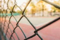 Imagem para o fundo do tênis e do campo de básquete atrás da grade fotos de stock