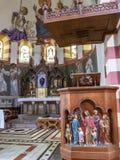 Imagem próxima do púlpito da igreja de St Martin, coro do Neo-românico com o altar alto no ot Biersdorf do fundo fotografia de stock royalty free