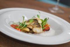 Imagem próxima dos peixes no prato com camarões no restaurante Foto de Stock Royalty Free