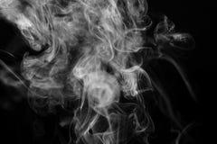 Imagem preto e branco abstrata do fumo da vara do incenso na frente do fundo preto Foto de Stock