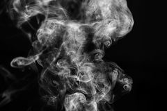Imagem preto e branco abstrata do fumo da vara do incenso na frente do fundo preto Imagens de Stock
