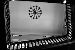 imagem preto e branco da escada na perspectiva fotografia de stock