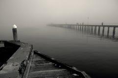 Imagem preto e branco da névoa do inverno sobre o mar imagens de stock