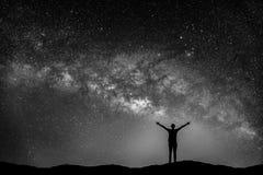 Imagem preto e branco da paisagem com galáxia da Via Látea foto de stock royalty free