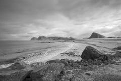 Imagem preto e branco da praia de Storsandnes, das ilhas de Lofoten, nem Foto de Stock Royalty Free