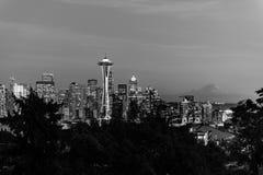 Imagem preto e branco da skyline da cidade de Seattle e do perfil do Monte Rainier no fundo foto de stock