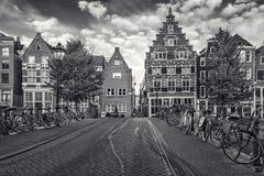 A imagem preto e branco das bicicletas estacionou em uma ponte através do th Imagem de Stock