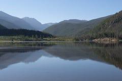 Imagem preto e branco de Rocky Mountains que reflete no lago Granby, Colorado foto de stock