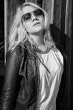 Imagem preto e branco de uma mulher que aprecie o sol Fotos de Stock Royalty Free