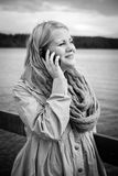 Imagem preto e branco de uma mulher que fala no telefone Imagem de Stock Royalty Free