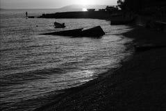 Imagem preto e branco de uma praia mediterrânea fotografia de stock