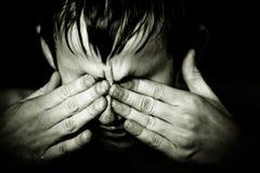 Imagem preto e branco do menino que fricciona seus olhos fotos de stock royalty free