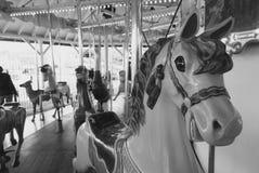 Imagem preto e branco do vintage de um carrossel do parque de diversões fotografia de stock royalty free