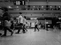 Imagem preto e branco dos povos que registam para partir Davao no aeroporto Imagem de Stock