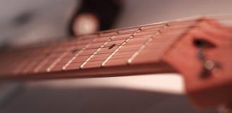 Imagem preto e branco guitarra da seis-corda do fingerboard r imagem de stock