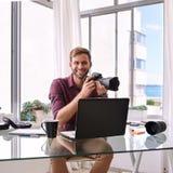 Imagem quadrada do fotógrafo que guarda sua câmera Imagens de Stock Royalty Free