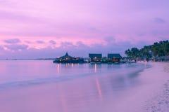 Praia no por do sol Imagem de Stock Royalty Free