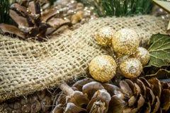 Imagem rústica das decorações de um Natal cobertas no brilho foto de stock