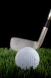 Imagem rasa do foco de uma esfera e de um clube de golfe foto de stock royalty free