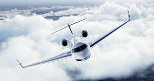 Imagem realística do avião privado do projeto genérico luxuoso branco que voa sobre a terra Céu azul vazio com nuvens brancas Fotografia de Stock