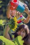 Imagem retro da mãe nova que guarda sua criança em ombros como Foto de Stock Royalty Free